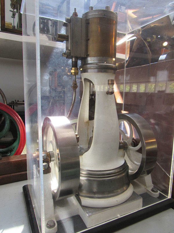 Nasmyth Vertical Steam Engine MA034. In Plexiglas case.
